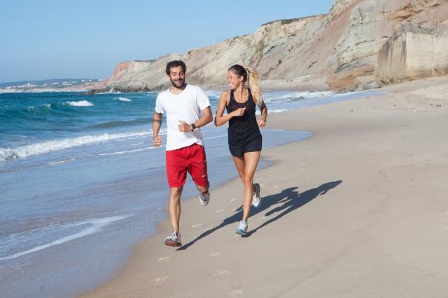 ビーチをジョキング