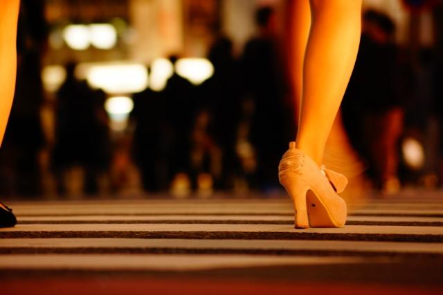 歩行中の女性